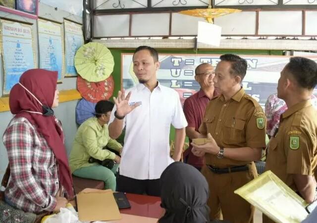 Anggota DPRD Riau Agung Nugroho sidak ke sekolah meninjau proses PPDB. Foto: Antara