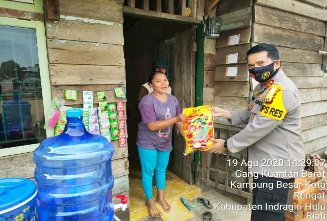 Kapolres Inhu menyerahkan bantuan beras ke masyarakat.