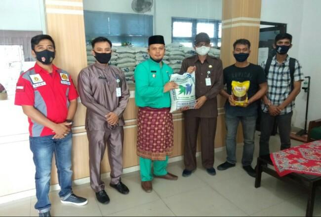 Kepala Disdagperin Bengkalis, Indra Gunawan serahkan bantuan Pasar Murah.