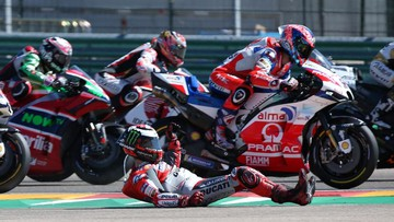 Jorge Lorenzo mengalami kecelakaan di tikungan pertama MotoGP Aragon 2018. (FOTO: REUTERS/Heino Kalis