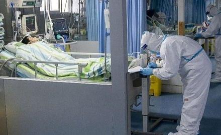 Petugas medis merawat pasien terjangkit virus Corona.