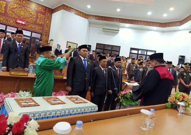 Pimpinan DPRD Dumai Resmi Diambil Sumpah oleh Ketua PN Dumai melalui Rapat Paripurna DPRD Dumai, Senin (21/10/2019) di gedung DPRD Dumai.