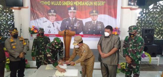 Danrem 031/ WB Brigjen TNI Syech Ismed dan Bupati Sukiman menandatangani berita acara serah terima hasil TMMD.