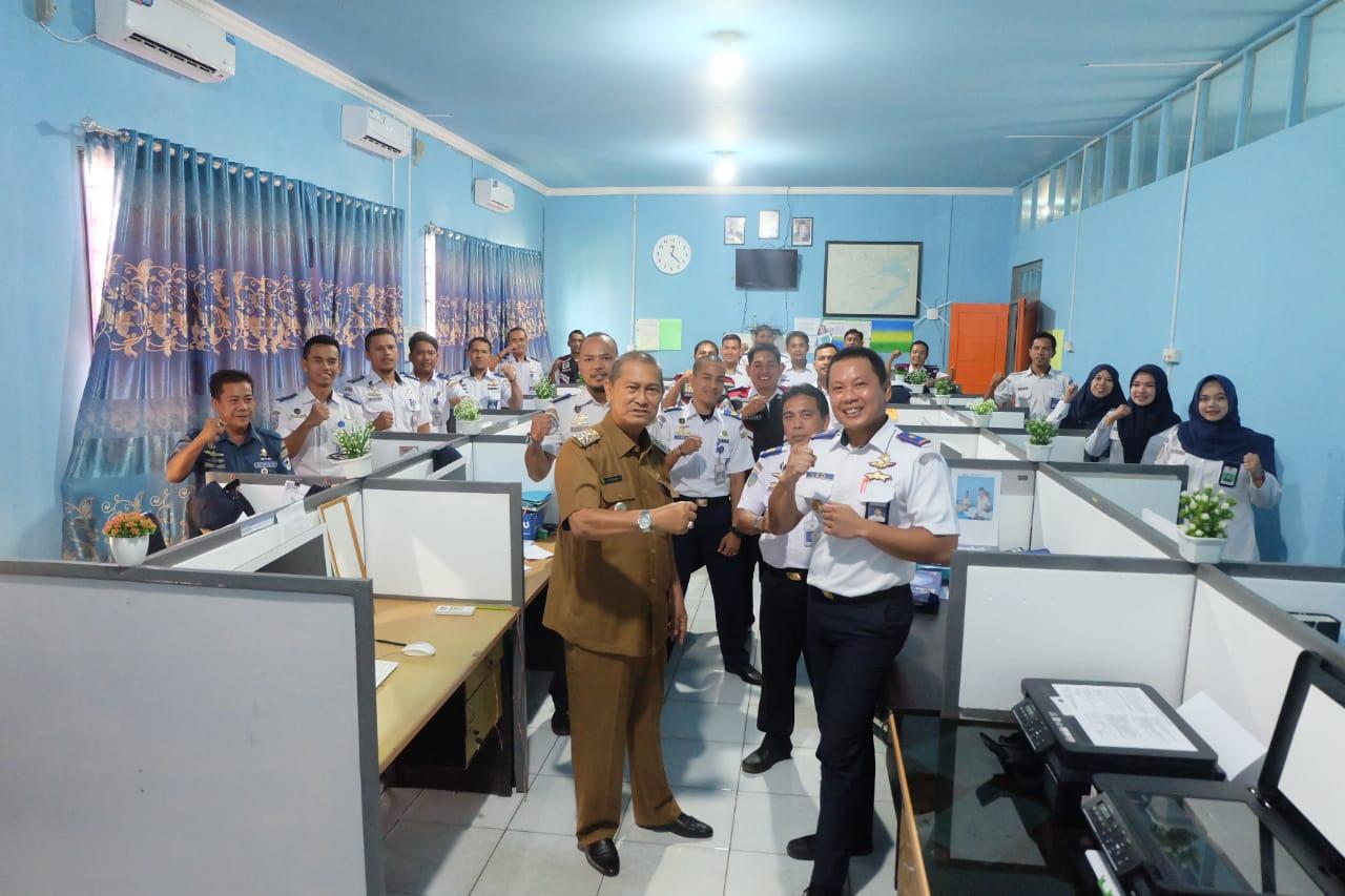 Wakil Bupati berkesempatan untuk melihat sejumlah ruangan dan bertemu dengan para staf yang sedang bekerja.