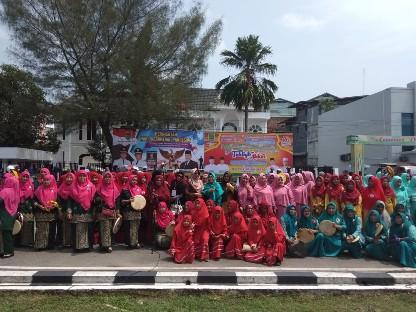 Foto bersama para peserta Pawai Rebana.