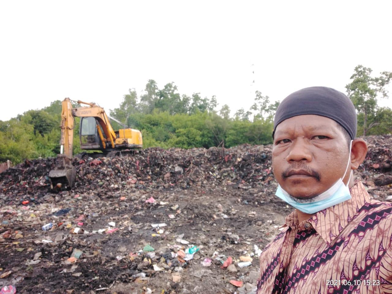 Kepala Bidang Kebersihan, Dinas Lingkungan Hidup Kepulauan Meranti, Husni Mubarak terlihat sedang mengawasi Eskavator yang mengeruk sampah di TPS Jalan Rumbia
