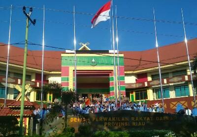 Massa saat berhasil masuk halaman DPRD Riau.