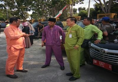Wabup Halim berbincang dengan Kepala BPKAD Hendra dan Kabid Aset Hasvirta Indra.