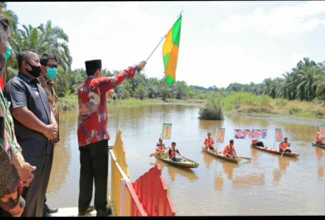 Bupati Sukiman, melepas lomba pacu sampan di danau wisata yang dikelola Desa Rambah Tengah Hilir, Kecamatan Rambah, yang merupakan objek wisata upaya tingkatkan PADes.