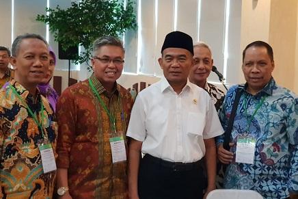 Rektor UIR Prof Syarinaldi dan Wakil Rektor I Syafhendry bersama Menteri Pendidikan dan Kebudayaan RI Prof Dr Muhadjir Effendy (baju putih)