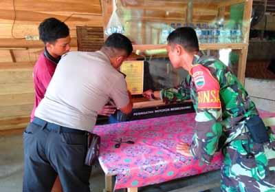 Babinkamtibmas Polsek Rambah dan Babinsa Koramil 02/ Rambah, bagi stiker Kapolda Riau ke masyarakat terkait larangan Karlahut dan ancaman bagi pelaku Karlahut