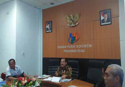 Kepala BPS Riau Aden Gultom di kantor BPS Riau.