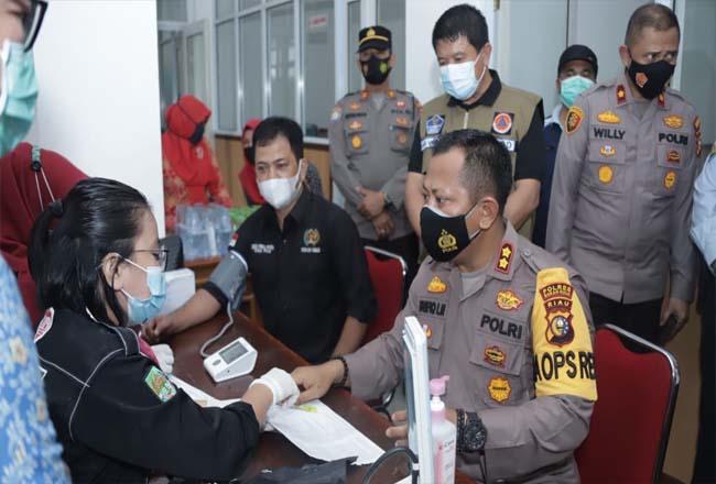 Kapolres dan Ketua PWI Rohul disaksikan Sekda serta Kapolres, cek darah sebelum ikuti donor darah.