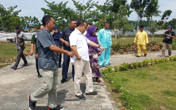 Bupati Kepulauan Meranti Drs H Irwan bersama DLH saat meninjau progres pembangunan RTH.