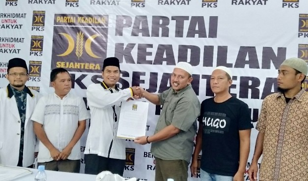 Bakal calon Bupati Rohul H Hamulian Nasution saat mengembalikan berkas formulir penjaringan balon Bupati ke pengurus PKS Rohul.