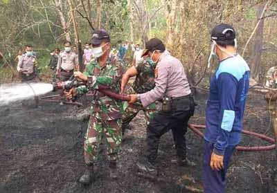 Petugas Damkar Kuansing bersama TNI dan Polri padamkan kebakaran lahan yang terjadi di Inuman.