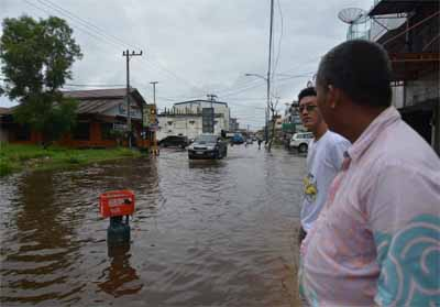 Banjir di Jalan Cempedak kian parah, merendam badan jalan hingga betis orang dewasa.