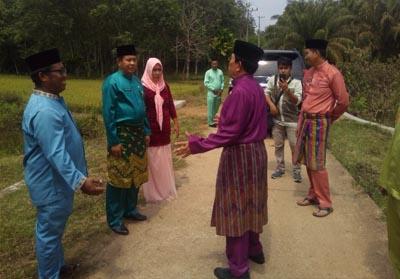 Bupati Sukiman bersama Sekda Abdul Haris, Camat Rambah Samo dan Kades Masda Makmur, meninjau lokasi yang rencananya akan dibangun embung mini, untuk cadangan air masyarakat siaaat musim kemarau.