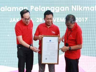 Direktur Planning and Transformation Telkomsel Edward Ying, Direktur Utama Ririek Adriansyah, dan Direktur Network Bob Apriawan memperlihatkan Surat Keterangan Laik Operasi (SKLO) dari Direktur Jenderal Pos dan Telekomunikasi Kemkominfo