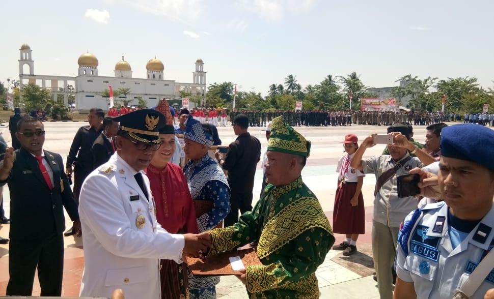 Bupati Suyatno menyerahkan remisi kepada perwakilan Napi usai menjadi irup Hut RI ke-74, Ditaman Budaya, Bagansiapiapi.