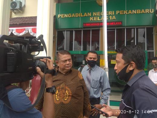 E. Sangur, SH, MH saat diwawancarai wartawan.