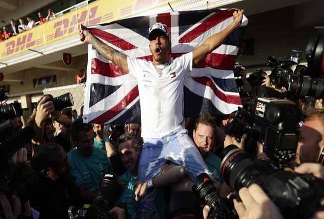 Lewis Hamilton selangkah lagi samai rekor Michael Schumacher. Foto: CNNIndonesia