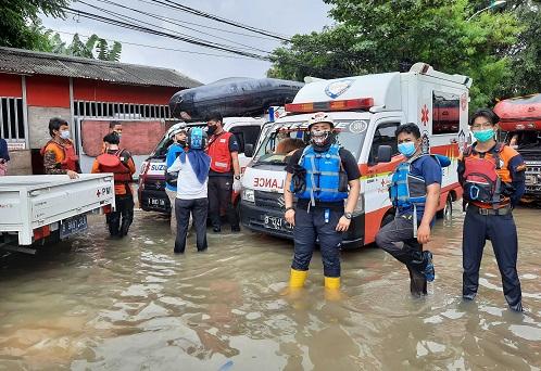 Suzuki Club Reaksi Cepat (SCRC) yang sigap membantu evakuasi korban luapan air