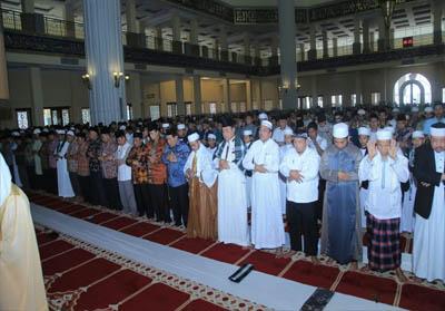 Pelaksanaan salat istisqa di Masjid Agung Islamic Cantre Rohul, dihadiri Bupati Sukman, ASN, dan umat muslim.
