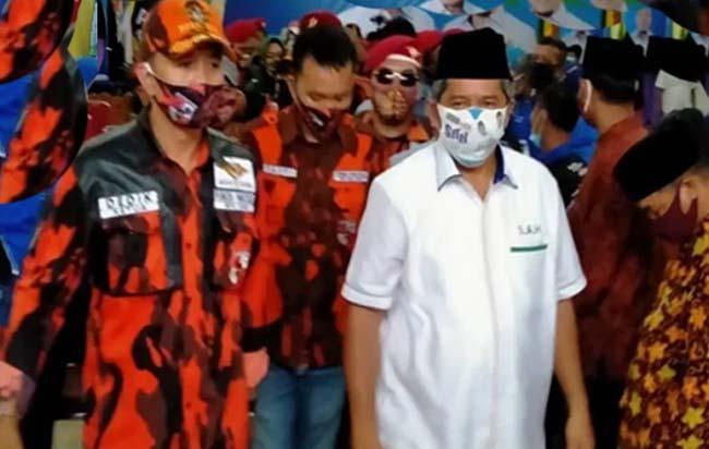 Suhardiman (kiri) pelatih catur Bengkalis, bersama Ali Anas (kanan) mengapit tiga pecatur Bengkalis dan satu pecatur Pelalawan yang lolos seleksi Pra PON, mewakili Riau.