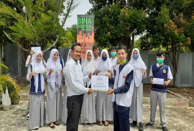Penyerahan beasiswa pendidikan ke siswa SMK Bina Profesi.