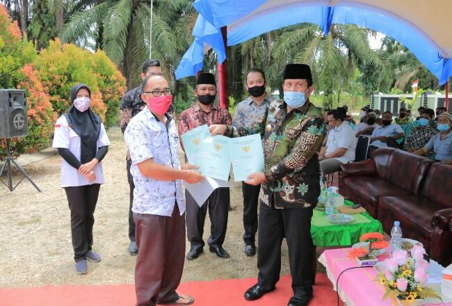 Bupati Sukiman, secara simbolis serahkan sertifikat TORA ke masyarakat Desa Pasir Utama, Kecamatan Rambah Hilir.