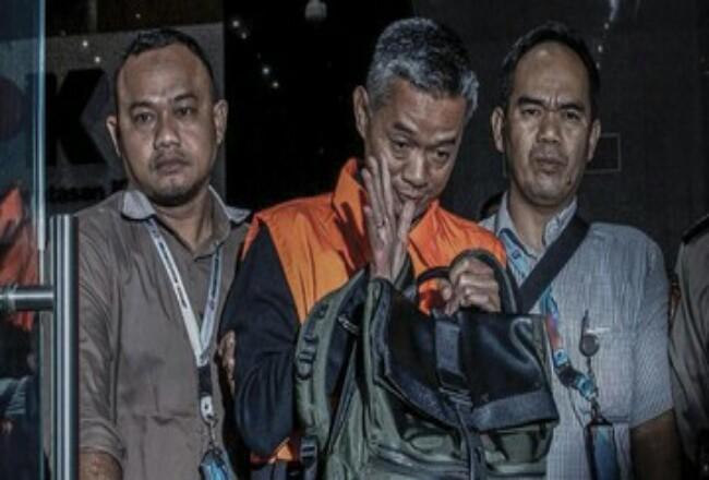 Komisioner KPU Wahyu Setiawan (tengah).