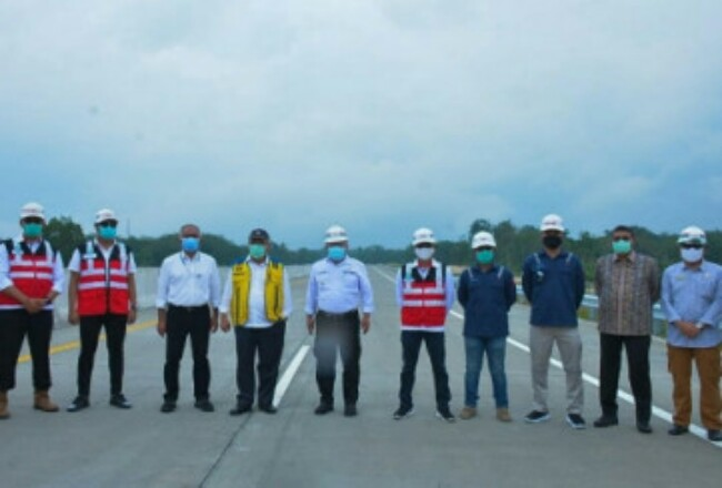 Menteri PUPR Mochamad Basuki Hadimuljono meninjau progres pembangunan Ruas jalan Tol Pekanbaru-Bangkinang. Foto: Cakaplah