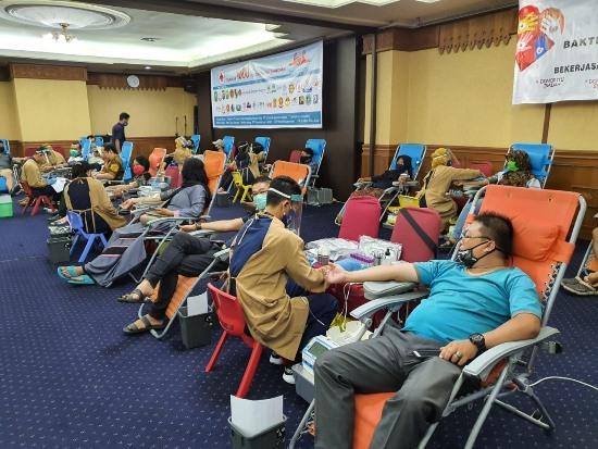 Masyarakat mendonorkan darah pada kegiatan Gerakan 3000 Kantong Darah Ramadan.