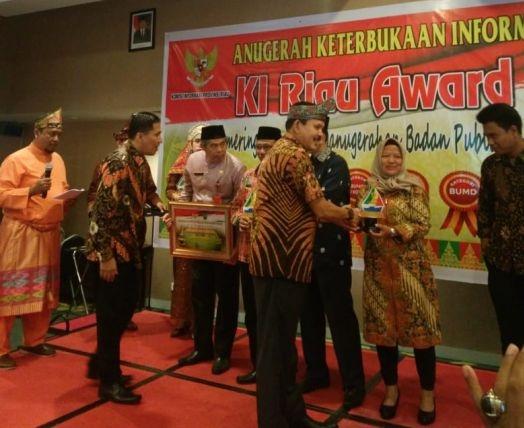 Penyerahan penghargaan dari KI Riau.