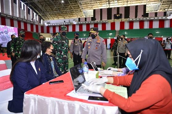 Panglima TNI Marsekal Hadi Tjahjanto bersama Kapolri Jenderal Listyo Sigit Prabowo meninjau pelaksanaan Vaksinasi Merdeka Candi di Semarang
