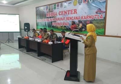Kepala Dinas Kesehatan Provinsi Riau Mimi Yuliani dalam rapat evaluasi penanganan Karhutla.