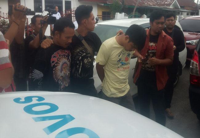 Dua orang pengedar sabu sindikat jaringan internasional diciduk polisi.