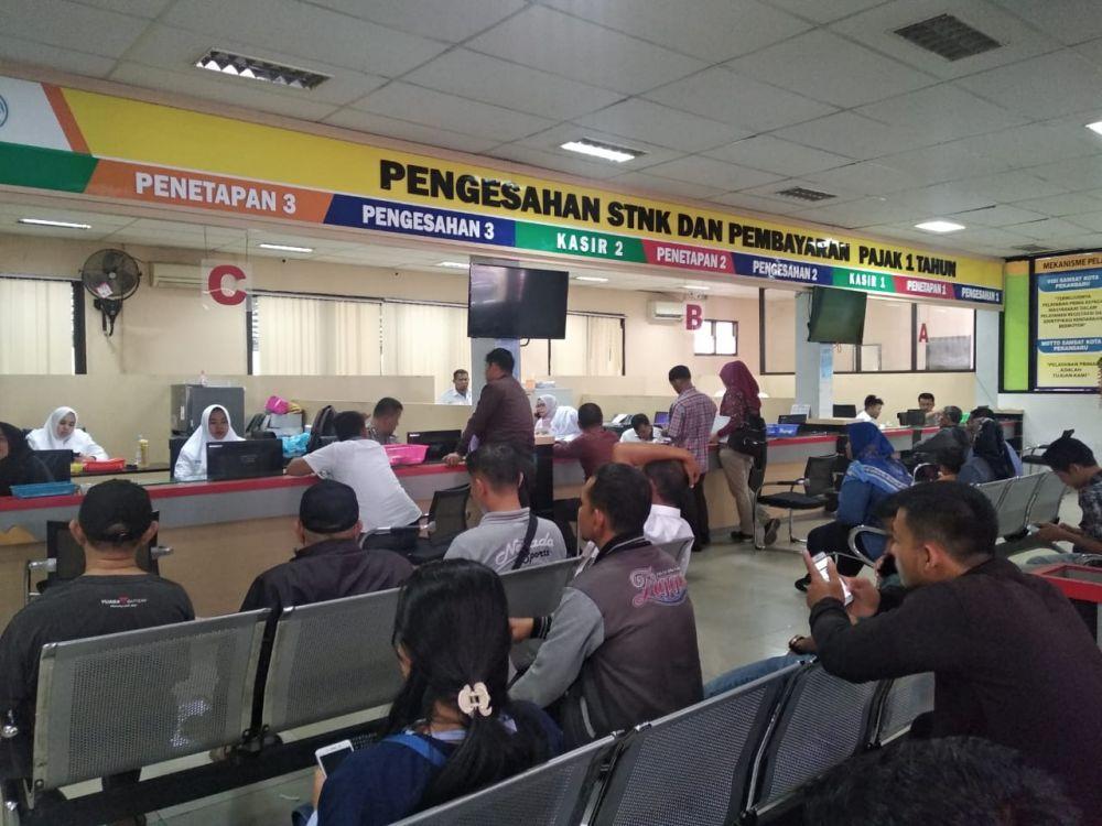 Aktivitas warga bayar pajak saat berlaku program pemutihan denda pajak dari Pemprov Riau.