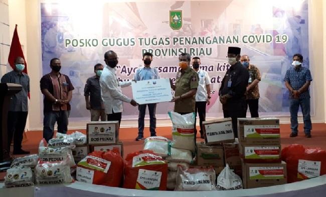Penyerahan paket sembako melalui Gugus Tugas Penanganan COVID-19 Provinsi Riau di Balai Serindit pada 21 April 2020