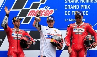 Andrea Dovizioso (kiri) tak mau ambil risiko mengejar Marc Marquez. FOTO: REUTERS/Gonzalo Fuentes