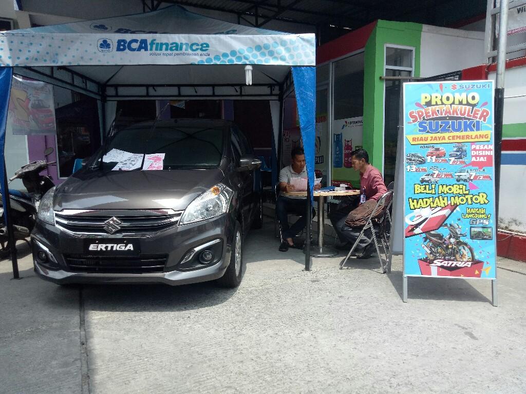 Tim marketing Dealer Suzuki RJC sedang menjelaskan spesifikasi dan harga kepada salah aeorang konsumen di SPBU Jl Durian