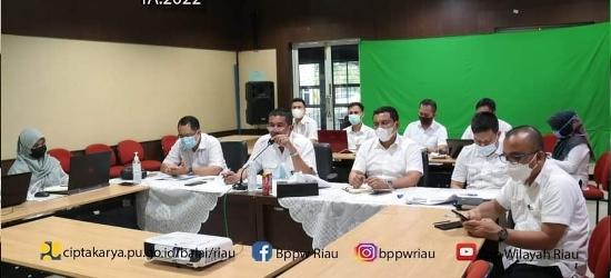 Zoom meeting conference rapat Konsolidasi Program Bidang Cipta Karya Tahun Anggaran 2022 di ruang Audio Visual Gedung PIP2B Provinsi Riau.