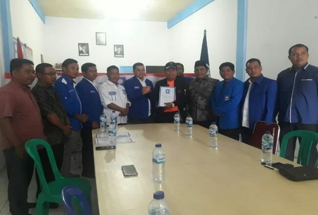 Bupati Sukiman, ambil formulir pendaftaran penjaringan balon bupati dan wabup Rohul, diterima Ketua DPC PAN Rohul M.Sahril Topan didampingi panitia penjaringan serta pengurus PAN lainnya.