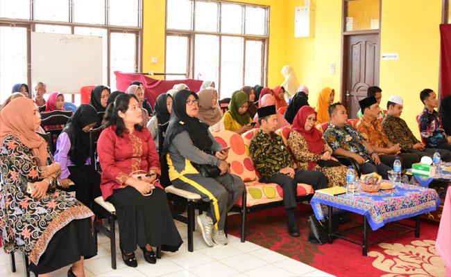 Ibu-ibu para peserta pelatihan menjahit.