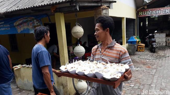 Makanan yang telah disiapkan warga untuk tradisi Sedekah Laut. Foto: Detik
