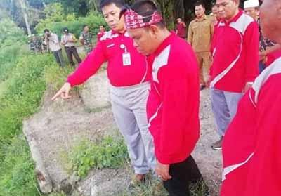 Sekda Abdul Haris didampingi Kades memantau turap yang sudah rusak di Desa Muara Dilam, Kunto Darussalam.