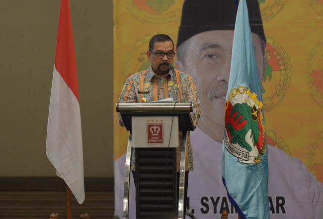 Wakil Gubernur Riau saat memberikan sambutan di Seminar Nasional Fisip Universitas Riau.