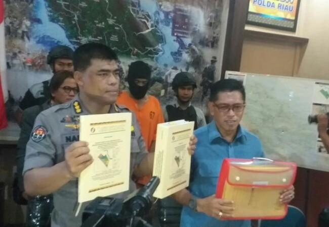 Saat konferensi pers penetapan tersangka Direktur Utama dan Manager Operasional PT SSS terkait kasus karhutla di Pekanbaru, Riau, Selasa (8/10/2019). Foto: Kompas