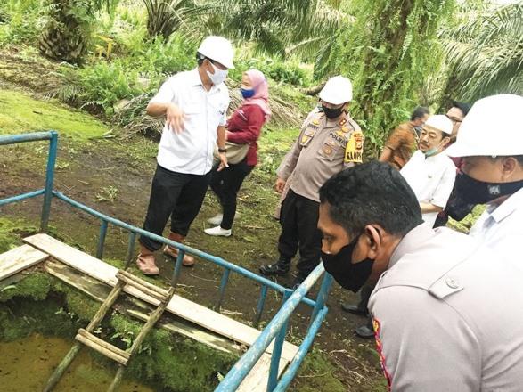 Kapolres Siak dan rombongan melihat stasiun gambut dan pengelolaan water manajemen system PT KTU
